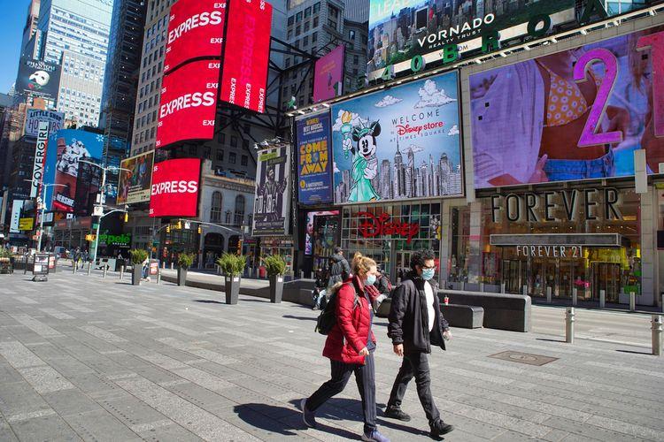 Warga AS berjalan di Times Square, New York, Maret 2020.